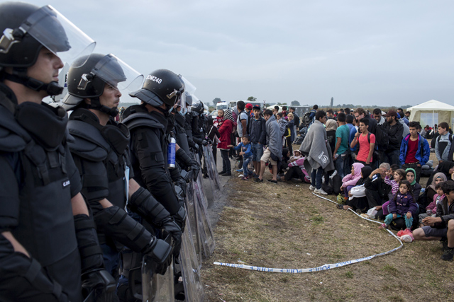 Refugees-riot-police-europe-640_2