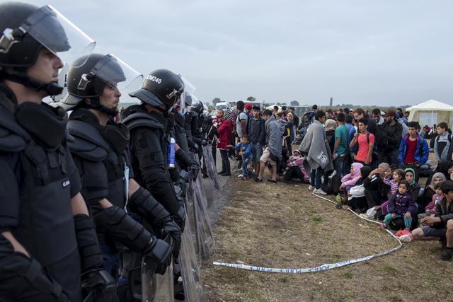 Refugees-riot-police-europe-640_2