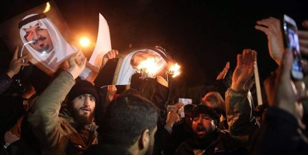 Iranian_protesters_set_fire_to_pictures_of_the_Saudi_royal_family_3.1.16