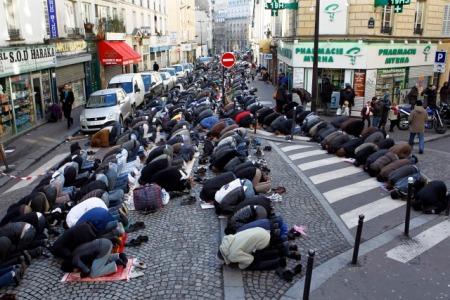 FranceMuslimPrayerStreetIP_2