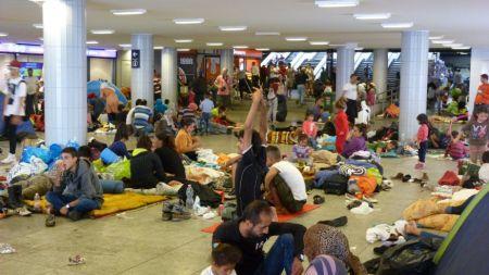 migrants_at_eastern_railway_station_-_keleti_2015-09-04_1