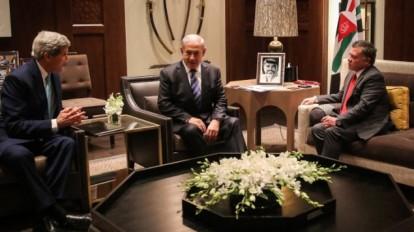 Prime Minister Benjamin Netanyahu, center, meets with US Secretary of State John Kerry, left, and Jordanian King Abdullah II in Amman, November 13, 2014. (AFP/Jordainian Royal Palace/Ho/Yousef Allan)