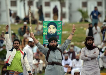 pakistan-mumtaz-qadri-supporters-1-aamir-qureshi-afp-getty-640