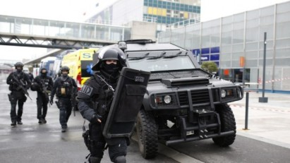 RAID police unit officers secure the area at the Paris' Orly airport on March 18, 2017 following the shooting of a man by French security forces. (AFP PHOTO / Benjamin CREMEL)