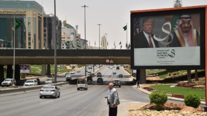 A giant billboard bearing portraits of US President Donald Trump and Saudi Arabia's King Salman, is seen on a main road in Riyadh, on May 19, 2017. (AFP PHOTO / GIUSEPPE CACACE)