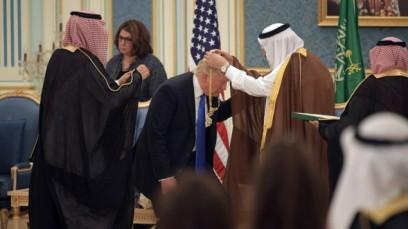 US President Donald Trump (C) receives the Order of Abdulaziz al-Saud medal from Saudi Arabia's King Salman bin Abdulaziz al-Saud (R) at the Saudi Royal Court in Riyadh on May 20, 2017. (AFP PHOTO / MANDEL NGAN)