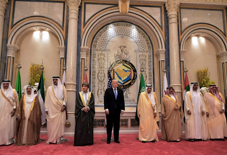 US President Donald Trump (C) and Saudi's King Salman bin Abdulaziz al-Saud (C-R) pose for a picture with leaders of the Gulf Cooperation Council in Riyadh on May 21, 2017. (AFP Photo/Mandel Ngan)