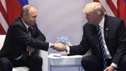 US President Donald Trump and Russia's President Vladimir Putin shake hands during a meeting on the sidelines of the G20 Summit in Hamburg, Germany, on July 7, 2017. (AFP PHOTO / SAUL LOEB)