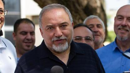 Lieberman tours Golan Heights (Photo: Ido Erez)