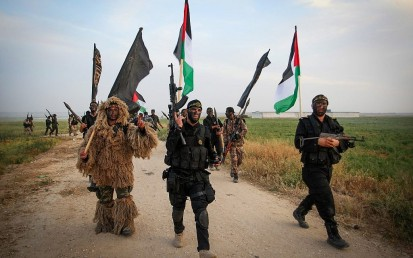 Palestinian Islamic Jihad terrorists march during a military drill near the border with Israel, east of the town of Khan Younis in the southern Gaza Strip, on March 27, 2018. (Abed Rahim Khatib/ Flash90)