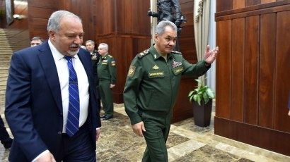 Lieberman with Russian Defense Minister Sergey Shoygu. 'Iran a regional and global problem' (Photo: Defense Ministry)