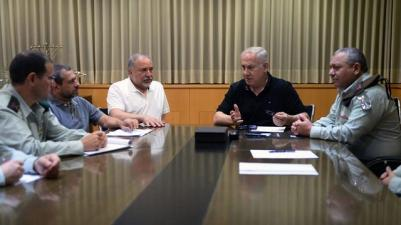 Prime Minister Netanyahu, Defense Minister Lieberman and IDF Chief Eisenkot hold situation assessment at the Kirya IDF headquarters (Photo: Ariel Hermoni/Defense Ministry)