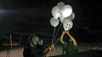 Gazans prepare to launch balloons (Photo: AFP)