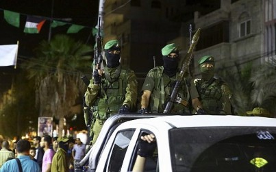 Members of the Izzedine al-Qassam Brigades, Hamass armed wing, marking Al-Quds, Jerusalem, Day in Nusseirat refugee camp, in the central Gaza Strip, Friday, June 23, 2017. (AP/Adel Hana)