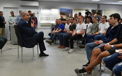 Prime Minister Benjamin Netanyahu speaks to a group of new recruits at the army's Tel HaShomer induction center outside of Tel Aviv on November 26, 2018. (Ariel Hermoni/Defense Ministry)