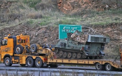 An Israeli armored personnel carrier and command post is transported toward the border with Lebanon on December 4, 2018. (JALAA MAREY / AFP)
