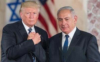 US President Donald Trump and Prime Minister Benjamin Netanyahu shake hands after speaking at the Israel Museum in Jerusalem on May 23, 2017. (Yonatan Sindel/Flash90)