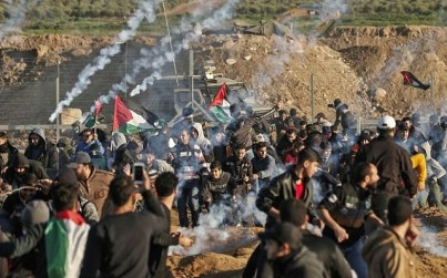 This picture taken on January 11, 2019 shows a view of clashes between Palestinians and Israeli forces across the border fence (MAHMUD HAMS / AFP)