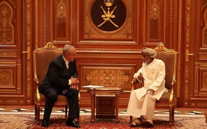 Prime Minister Benjamin Netanyahu (L) talks with Sultan Qaboos bin Said in Oman on October 26, 2018 (Courtesy)