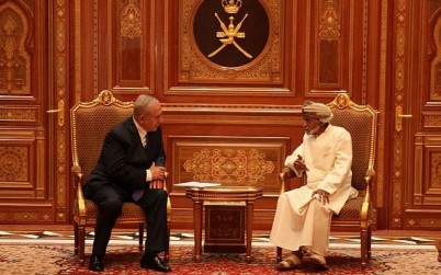 Prime Minister Benjamin Netanyahu (L) talks with Sultan Qaboos bin Said in Oman on October 26, 2018 (Courtesy)