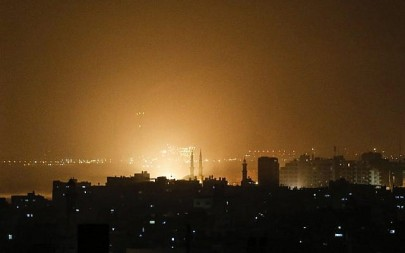 The sky above buildings on the Gaza Strip glows orange during an Israeli air strike in Gaza City early on March 15, 2019 after 2 missiles were fired at Tel Aviv ( MAHMUD HAMS / AFP)