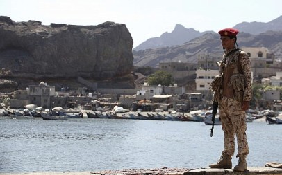 A soldier allied to Yemen's internationally recognized government stands guard at the fish market in Aden, Yemen, Thursday, Dec. 13, 2018 (AP Photo/Jon Gambrell)