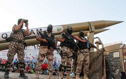 Palestinian members of the al-Qassam Brigades, the armed wing of the Hamas terror movement, display Qassam home-made rockets during an anti-Israel military parade on August 21, 2016 in Rafah in the southern Gaza Strip. (Abed Rahim Khatib/Flash90)