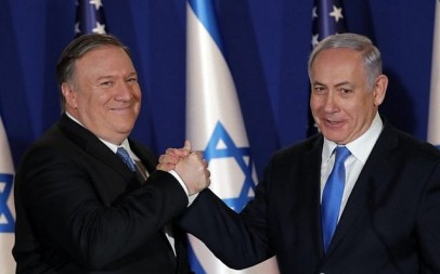 Prime Minister Benjamin Netanyahu (R) welcomes US Secretary of State Mike Pompeo to his residence in Jerusalem on March 21, 2019. (Jim Young/Pool/AFP)