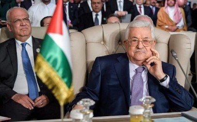 Palestinian Authority President Mahmoud Abbas (R) and and Palestine Liberation Organization (PLO) Executive Committee Secretary-General Saeb Erekat (L) attend the opening session of the 30th Arab League summit in the Tunisian capital Tunis on March 31, 2019. (FETHI BELAID / POOL / AFP)