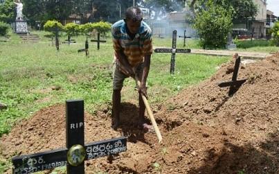 Cemetery worker Piyasri Gunasena digs a grave at Madampitiya cemetery in Colombo on April 23, 2019. ( LAKRUWAN WANNIARACHCHI / AFP)