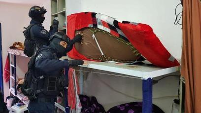 Illustrative: Prison Service guards searching cells of Hamas prisoners (Photo: IPS) (Photo: Israel Prison Service)
