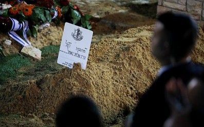The fresh grave of Zachary Baumel, who went missing at the Battle of Sultan Yacoub in 1982, during his funeral at the Mount Herzl Military cemetery in Jerusalem on April 4, 2019. (Hadas Parush/Flash90)