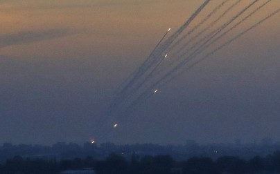A picture taken on May 5, 2019 from the Israel-Gaza border shows a barrage of rockets being fired from the Hamas-run Palestinian enclave. (Jack GUEZ / AFP)