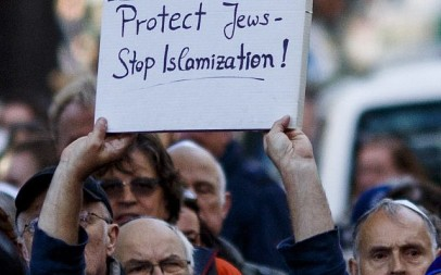 A participant in the 'wear a kippah' protest in Berlin holds up a sign, April 25, 2018. The solidarity event was held in response to a Syrian-Palestinian's assault of a man wearing a kippah. (Carsten Koall/Getty Images)