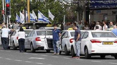 Israelis observe 2 minute silence (Photo: AFP)