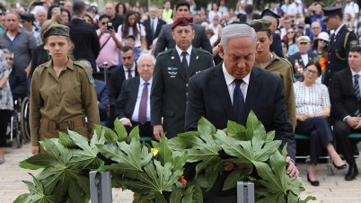 Prime Minister Benjamin Netanyahu lays wreath (Photo: AFP)