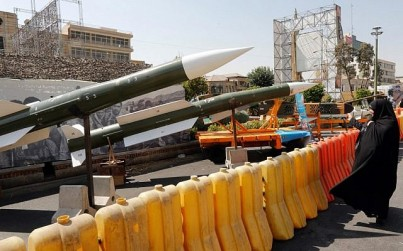 An Iranian woman looks at Taer-2 missile during a street exhibition by Iran's army and paramilitary Revolutionary Guard celebrating 'Defence Week' marking the 39th anniversary of the start of 1980-88 Iran-Iraq war, at the Baharestan Square in Tehran, on September 26, 2019. (Photo by STRINGER / AFP)