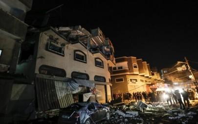 Palestinians inspect the damaged house of Islamic Jihad leader Baha Abu Al-Ata  afther an Israeli attack in Gaza city, on November 12, 2019. (MAHMUD HAMS / AFP)