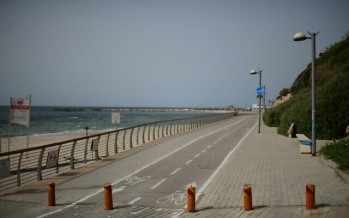 The empty promenade and beach along the shore of the Mediterranean Sea in the city of Tel Aviv on March 27, 2020. (Tomer Neuberg/Flash90)