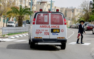 An ambulance driving in the central Israeli city of Elad, April 5, 2020. (Avshalom Sassoni/Flash90)
