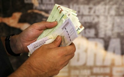 A man counts his banknotes and traveler checks in Tehran, Iran, on Wednesday, August 21, 2019 (AP Photo/Ebrahim Noroozi)