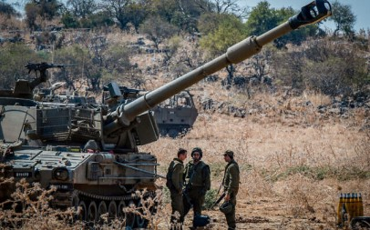 Israeli soldiers stand near artillery cannons deployed along the Lebanese border outside the northern Israeli town of Kiryat Shmona on September 1, 2019. (Basel Awidat/Flash90)