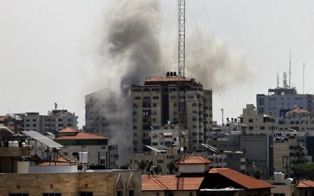 Smoke billows from a building targeted in an Israeli strike on Gaza City amid rocket fire from the Strip on May 11, 2021 (MOHAMMED ABED / AFP)