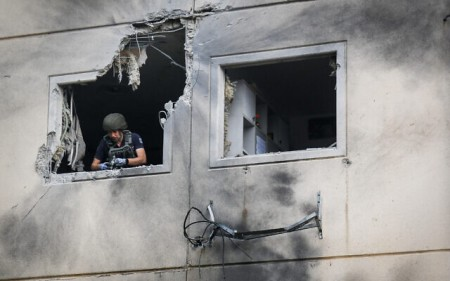 An apartment building that was hit by a rocket fired from the Gaza Strip in the city of Ashkelon on May 11, 2021. (Flash90)