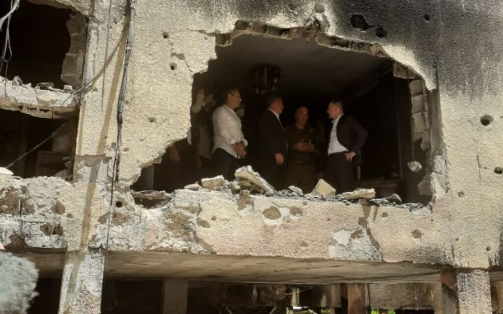 German Foreign Minister Heiko Maas and his Israeli counterpart Gabi Ashkenazi visit a building that was hit by Hamas rocket fire from Gaza, on May 20, 2021, in Petah Tikva. (Foreign Ministry)